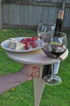 Dieser wunderschöne handgearbeitete Wein Klappständer ist ein muss für alle Weinliebhaber haben. Es hat viel Platz für eine Flasche Wein, zwei Gläser und einen Teller mit Ihrem Lieblings-Wein-Schnitzel. Perfekt für Outdoor-Weinfeste, Familie Picknick oder einfach nur einen ruhigen Abend