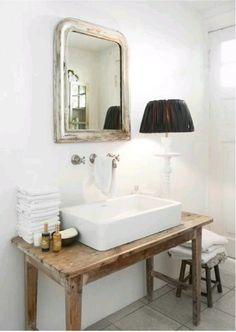 regardsetmaisons: 6 grandes idées pour intégrer du bois dans la salle de bain Bathroom Sink Design, Bathroom Basin, Bathroom Renos, Modern Bathroom Design, Small Bathroom, Master Bathroom, Bathroom Cabinets, Bathroom Vanities, Pedastal Sink Bathroom