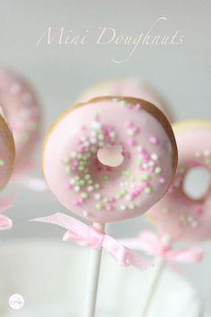 Doughnuts to go Witzige Idee für kleine Prinzessinnen The post Doughnuts to go & Backen: Donuts appeared first on Essen und trinken . Mini Donuts, Doughnuts, Donut Birthday Parties, Donut Party, Comida Para Baby Shower, Baby Party, Little Princess, Pink Princess, First Birthdays