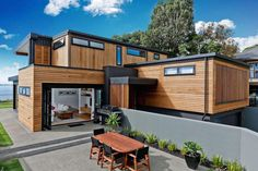 Rothesay Bay House by Creative Arch. interesting use of yard, backyard in the front of the house. Modern Wooden House, Wooden House Design, Wooden Houses, Style At Home, House Seasons, New Zealand Houses, Casas Containers, Cool House Designs, House In The Woods