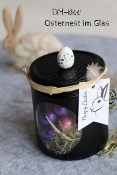 Easter basket in a glass - DIY: glass upcycling as an Easter gift. Easter in a glass is a simple cra Easter Presents, Easter Gift, Diy Cans, Jar Gifts, Easter Baskets, Easy Crafts, Easter Eggs, Gift Tags, Upcycle
