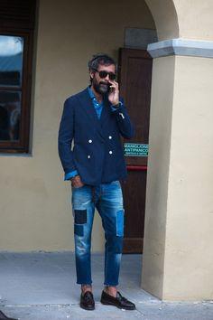 ネイビージャケット、デニムシャツ、ダメージデニム,ダメージジーンズ、着こなしメンズファッションpitti-uomo