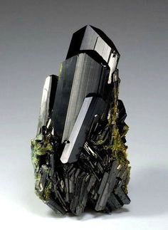 Epidote crystal from Knappenwand, Untersulzbachtal, Salzburg, Austria. Watzl Minerals specimen and photo. Cool Rocks, Beautiful Rocks, Minerals And Gemstones, Rocks And Minerals, Mineral Stone, Rocks And Gems, Healing Stones, Stones And Crystals, Gem Stones