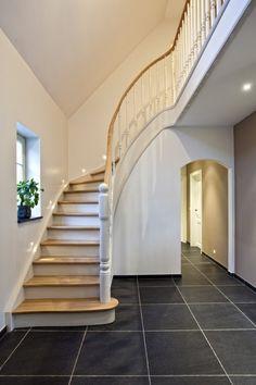 www.meesterintrappen.nl | Witte klassieke trap met eiken treden