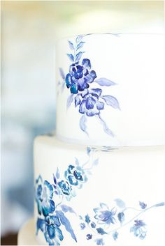 Delft blue hand painted wedding cake is very delicate and elegant • Maude and Hermione on Pinterest •