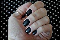 Unhas decoradas com poás preto!!
