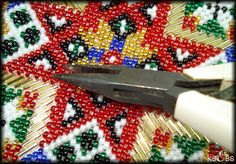 Hvordan sy med perler. – Vevstua Bull-Sveen Hardanger Embroidery, Beads, Girdles, Needlepoint, Beading, Bead, Pearls, Seed Beads, Beaded Necklace