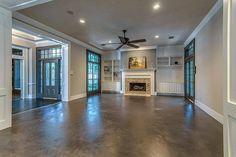 Mikrocementová podlaha v obývačke vily Woodland, Garage Doors, Mansions, House Styles, Outdoor Decor, Green, Home Decor, Mansion Houses, Homemade Home Decor