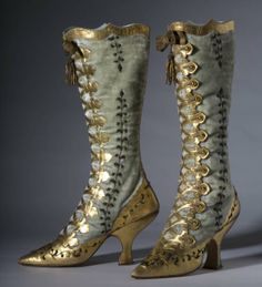 """Exhibition 2008 at the Esplanade Museum """"HEIGHTS OF FASHION: A HISTORY OF THE ELEVATED FOOT"""". Source wornthrough Victorian Shoes, Victorian Fashion, Vintage Fashion, Victorian Party, Victorian Era, Victorian Steampunk, Vintage Vogue, Retro Mode, Mode Vintage"""