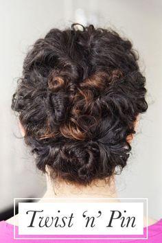 Torça pequenas seções do cabelo e prenda-as até que tenha este lindo penteado.