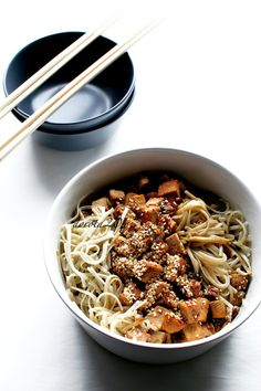 Brown rice noodles with tofu and sesame seeds - recipe + video