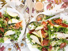 Pear Salad Recipe with Prosciutto and Pine Nuts - Viva Salad Recipes Healthy Lunch, Salad Recipes Video, Salad Recipes For Dinner, Healthy Eating, Nut Recipes, Blue Cheese Recipes, Pear Salad, Food For A Crowd, Prosciutto