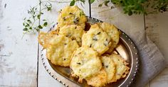 Crunchy and so cheesy: These gluten free, low carb cheese thyme crackers are made with coconut flour. Makes a great grain free snack.