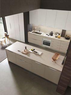 CONFIGURARE la propria cucina con un'isola centrale aumenta non solo la superficie di lavoro su cui poter contare, ma anche i volumi di contenimento dei mobili.