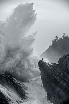 Cliffs and slamming waves. Shore Acres State Park , Oregon, 2014 ~ Amazing shot, I would not want to be the guy on the rock All Nature, Foto Art, Oregon Coast, Oregon Usa, Coos Bay Oregon, Portland Oregon, Ocean Waves, Belle Photo, Black And White Photography