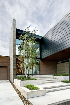 entrance landscaping / Modern Riverfront Residence by dSPACE Studio
