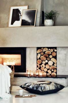 Идеи декора фальш-камина Чтобы в вашем псевдо-камине появился безопасный огонь, достаточно оснастить его портал небольшим зеркалом, и поставить у него несколько больших свечей. Отражаясь в зеркальной поверхности, они будут озарять романтичным мерцанием всю комнату. А если купить ароматизированные свечи, то вы сможете еще и наполнить помещение тонкими и теплыми нотками ванили, корицы или мускуса.