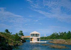 Los grandes lagos de Norteamérica son otro lugar donde construir una casa flotante tiene sentido. Allí, un grupo de arquitectos neoyorkinos ha fabricado una de madera, que se mantiene sobre la superficie del lago Huron. No aplicaron tanta creatividad a su nombre: se llama 'Casa Flotante'.