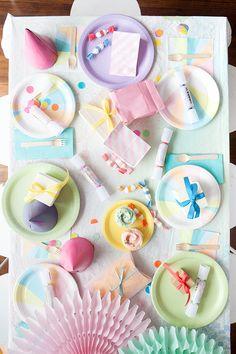 Wat een gezellig gedekte tafel, het feest kan beginnen!
