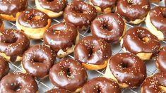 Çikolata soslu donut tarifi Cake Toppings, Doughnut, Donuts, Bread, Candy, Desserts, Food, Fried Donuts, Deep Frying