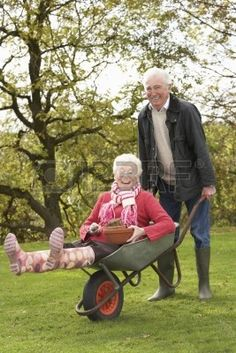 7185147-senior-couple-man-giving-woman-ride-in-wheelbarrow.jpg 267×400 píxeles