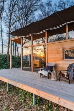 Coronaproof onthaasten: 10 x cabins in de vrije natuur Sky View, Building A Small Cabin, Weekender, Small Modern Home, Modern Homes, Holiday Places, Deck, Cabin Homes, House Goals