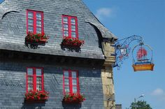 Itinerari cicloturistici in Bretagne: Quimper - Lampaul-Guimiliau France, Mansions, House Styles, Home, Old Homes, Manor Houses, Villas, Ad Home, Mansion
