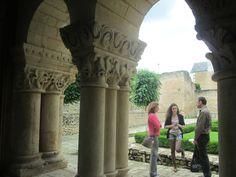Abbaye de St-Benoît (86):Arcature et chapiteaux de la salle capitulaire.