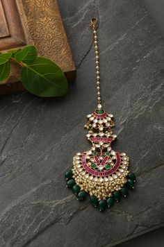Ridhi Red Green Polki and Pearls Mang tikka Tika Jewelry, Indian Jewelry Earrings, Indian Jewelry Sets, Headpiece Jewelry, Jewelry Design Earrings, Gold Jewellery Design, Bridal Jewelry, Fancy Jewellery, Nose Jewelry
