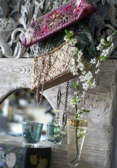 I love use vintage handbags as a romantic home decoration...