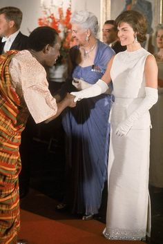 Jackie Kennedy Fashion Colorful Style New York Estilo Jackie Kennedy, Les Kennedy, Jackie O's, Jaqueline Kennedy, Jacqueline Kennedy Onassis, White Gowns, Cool Street Fashion, Vintage Style Outfits, Vintage Dresses