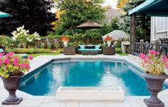 Un jardin au bord de l'eau: piscine, vasque cubique et cascade (Photo: Angus McRitchie) | Décormag