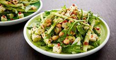 Balanser smakene i maten med denne lette og sprø rucculasalaten med avokado, squash og hasselnøtter.