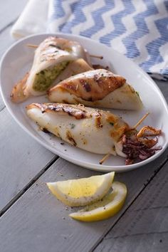 Calamari alla griglia: vuoi ricreare l'atmosfera festosa dei giorni di vacanza? Questo piatto sarà un richiamo irresistibile per tutti i vostri amici!  [Grilled stuffed squids]