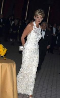 Diana in Washington 1996 So Beautiful. Princess Diana Dresses, Princess Diana Fashion, Lady Diana Spencer, Princesa Diana, Princess Charlotte, Princess Of Wales, Diane, Royal Fashion, Women's Fashion