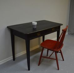 Smidigt svart skrivbord med två lådor