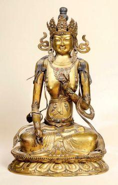 Grande statuette de Sitatara (Tara blanche) en cuivre doré et incrusté de cabochons de turquoises et de verre, assise en padmasana sur un socle en forme double lotus inversé, les mains en vitarka et varada-mudra (gestes de l'argumentation et de la charité)