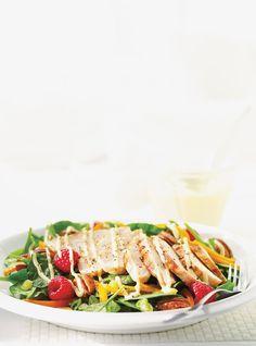 Recette de Ricardo. Une recette de salade californienne au poulet. Avec des bébés épinards, des framboises, des pacanes. Une recette de salade délicieuse. California Chicken Salad Recipe, Chicken Salad Recipes, Snack Recipes, Healthy Recipes, Healthy Food, Healthy Meals, Snacks, Ricardo Recipe, Dinner Salads