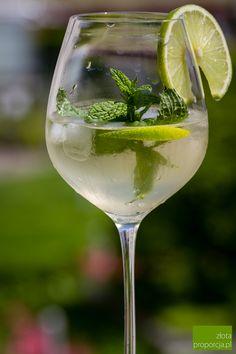 HUGO – 300 ml prosecco – 200 ml wody – 100 ml syropu z kwiatów czarnego bzu – kilka listków mięty – limonka – kostki lodu