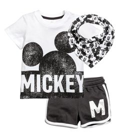 Fashion and quality clothing at the best price - H&M Baby Boy Fashion, Fashion Kids, Toddler Fashion, Disney Baby Clothes, Disney Outfits, Baby Shirts, T Shirts, Toddler Boys, Baby Kids