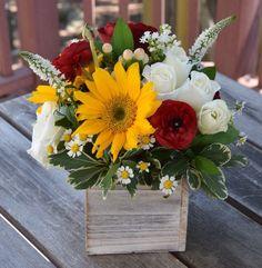 Floral gift box handcrafted by Fleurelity. Flower Box Centerpiece, Flower Arrangements Simple, Table Flowers, Ikebana, Deco Floral, Deco Table, Flower Boxes, Summer Flowers, Wedding Centerpieces