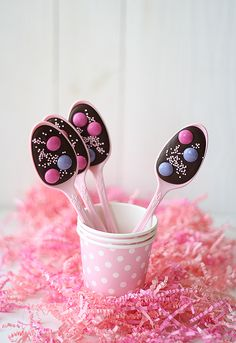 Cucharas de chocolate (Chocolate Spoons): What a great idea and fun project to make with the kids! Chocolate Spoons, Easter Chocolate, Pink Chocolate, Chocolate Covered, Little Presents, Cute Food, Holiday Treats, Cake Pops, Kids Meals