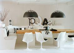 Zwart en wit, beton en hout, oud en nieuw. Een leefkeuken vol contrasten kleuren, texturen en materialen. Dankzij de goede mix een warm hart in het huis.