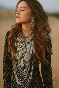 ≫∙∙ boho + gypsy spirit ∙∙≪ all that silver must weight a ton? Hippie Chic, Boho Chic, Mode Hippie, Hippie Gypsy, Hippie Masa, Ethno Style, Gypsy Style, Bohemian Style, Style Nomade