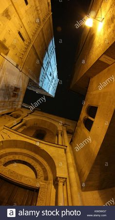 Download this stock image: Ghirlanda tower illuminated in the night, Modena, Italy - KW0WG7 from Alamy's library of millions of high resolution stock photos, illustrations and vectors.