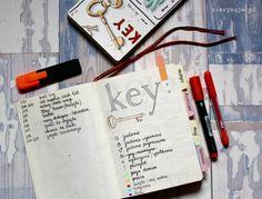 Od listy zakupów do planów na przyszłość – wszystko możesz zaplanować i rozpisać w swoim personalnym planerze Bullet Journal. Światowy boom dociera do Polski i coraz szybciej się rozprzestrzenia! A wszystko, czego potrzebujesz, żeby zacząć to długopis i notes!Współcześnie ni Bullet Journal Monthly Spread, Bullet Journal Key, Bullet Journal School, Bullet Journal Themes, Bullet Journal Layout, Monthly Photos, Everything And Nothing, Graph Paper, Journal Pages