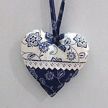 making this today.love the drawstring method. Fabric Ornaments, Felt Ornaments, Valentine Day Crafts, Valentine Heart, Fabric Hearts, Lavender Bags, Denim Crafts, Heart Crafts, Felt Patterns
