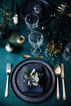 What a gorgeous dark and moody wedding table setting!!!! These colours are perfect and so Unexpected.