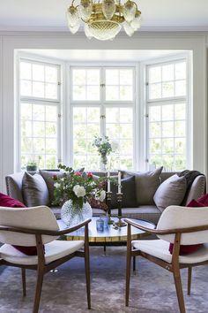 Villan har renoverats med återskapad romantik & ljuvliga badrum, titta in! Living Room Chairs, Home Living Room, Living Spaces, Dining Room, Furniture Layout, Interior Design Living Room, Dining Bench, Family Room, Sweet Home