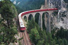 La Vía Albula-Bernina es un sendero de 131 kilómetros que acompaña al espectacular Ferrocarril Rético. Un avanzado vídeo interactivo en alta definición, de 36 horas de duración total, nos permite recorrer de forma virtual este sendero. photo by: Wikimedia Commons http://commons.wikimedia.org/wiki/File:Mh_rhb_706_auf_landwasserviadukt.jpeg